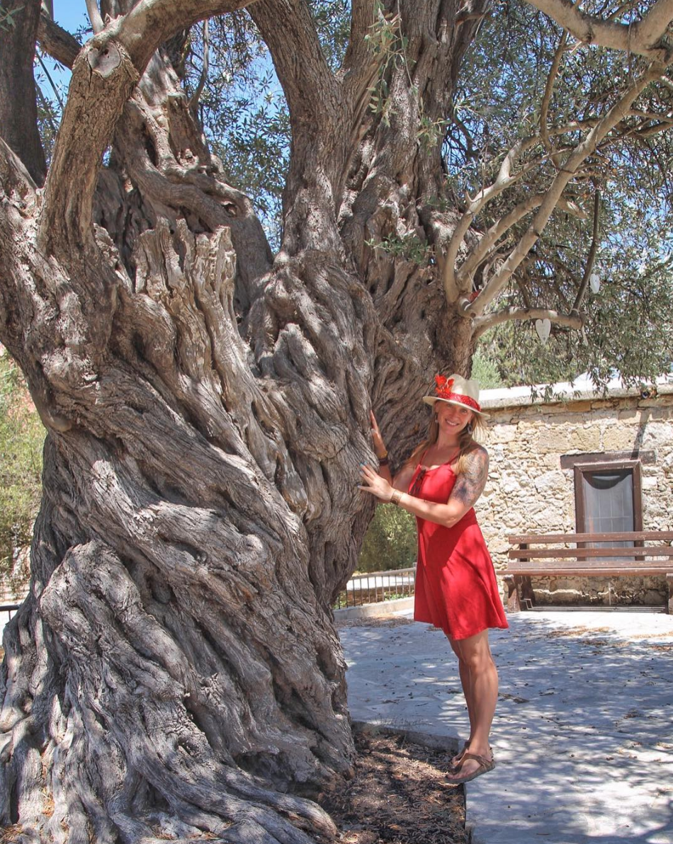 The author posing with the Kissing Tree.